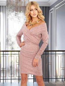 Теплое пудровое облегающее платье с открытыми плечами