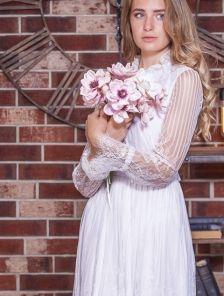 Белое кружевное короткое вечернее платье на длинный рукав