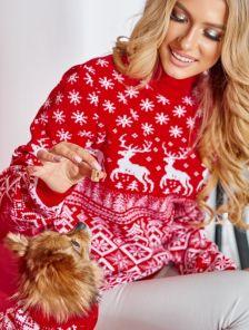 Теплый свитер под горло в красном цвете с оленями
