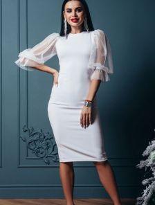 Белое нарядное платье-футляр на рукав 3/4 с блеском
