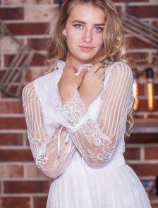 Белое кружевное платье миди на длинный рукав