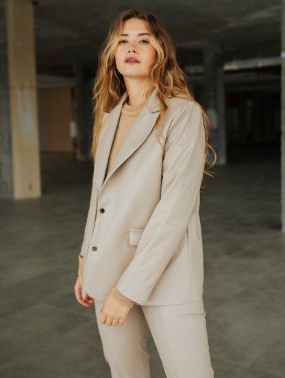 Стильный женский пиджак бежевого из экокожи, фото 1