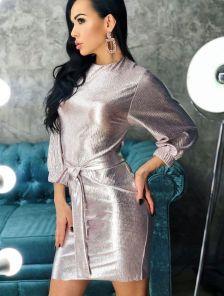 Короткое блестящее пудровое платье для свидания