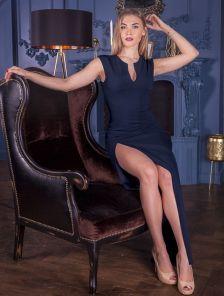 Вечернее платьес глубоким боковым разрезом в темно синем цвете