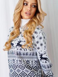 Теплый свитер под горло в белом цвете с оленями