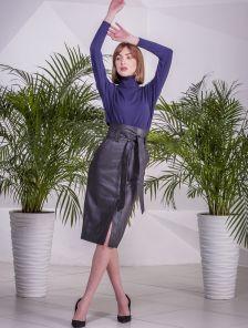 Стильная черная кожаная юбка длины миди с карманами и поясом