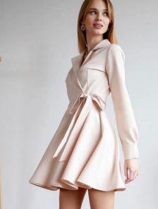 Короткое бежевое летнее платье с запахом и пышной юбкой