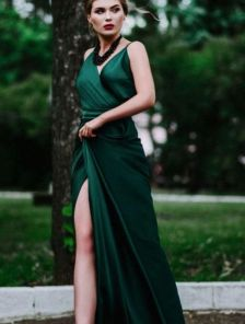 Красивое зелёное шелковое платье в пол