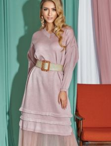 Розовое вязаное платье ниже колен и длинным рукавом