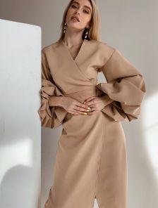 Нарядное бежевое платье для первого свидания на запах с пышным рукавом