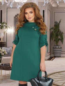 Зеленое платье до колен с брошью
