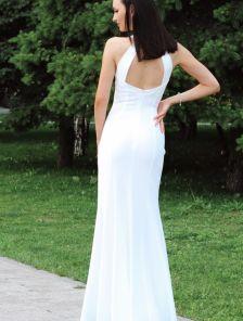 Длинное летнее белое вечернее платье с открытыми плечами и разрезом