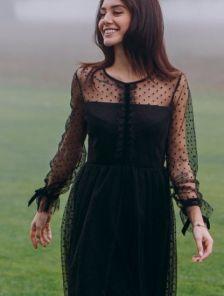 Черное платье в горошек с прозрачным рукавом длины миди