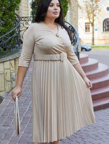 Нарядное светлое платье миди с плиссировкой большого размера