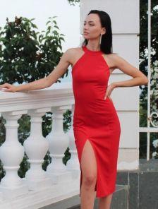 Красное платье с открытой спиной и разрезом на ноге