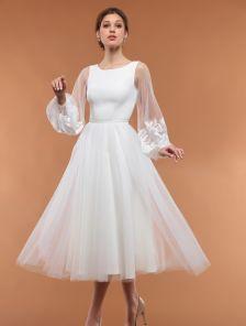 Длинное белое вечернее платье с пышной юбкой