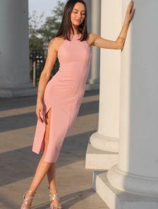 Пудровое платье футляр с разрезом на ноге