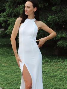 Молочное вечернее платье в пол с открытыми плечами и разрезом