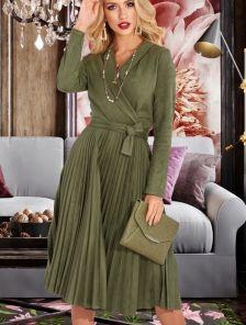 Зеленое нарядное расклешенное платье из эко-замши
