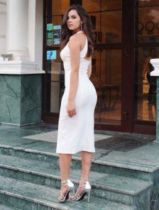 Белое облегающее платье с открытой спиной и разрезом на ноге
