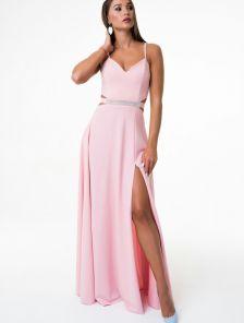 Пудровое вечернее длинное платье с красивым разрезом и открытыми плечами