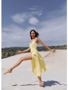 Желтое легкое платье миди длины на бретелях