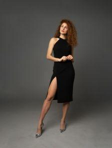 Черное платье с открытой спиной и разрезом на ноге