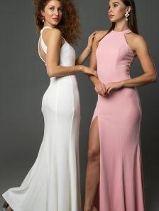 Облегающее пудровое вечернее платье в пол с высоким разрезом