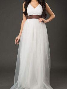 Белое нарядное длинное платье с коричневым атласным поясом
