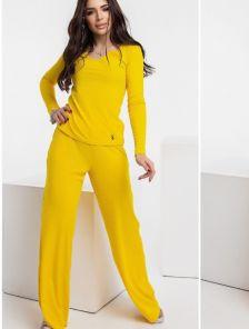 Стильный спортивный костюм жёлтого цвета для женщин