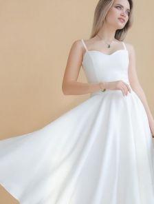 Белое нарядное платье миди на тонких бретельках с красивым декольте