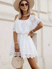 Белое короткое летнее хлопковое платье свободного кроя с кружевом