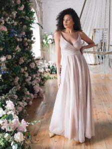 Длинное нарядное блестящее вечернее платье цвета пудры