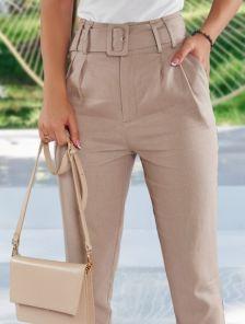 Светлые женские льняные брюки с высокой посадкой и ремнем на лето