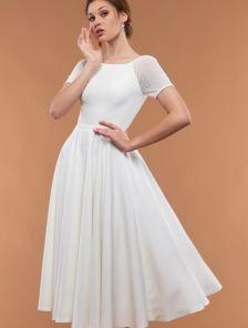 Белое расклешенное платье с короткими рукавами и поясом