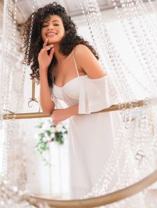 Нарядное короткое белое платье миди
