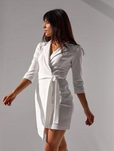 Белое платье выше колен на запах