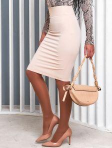 Офисная юбка карандаш в бежевом цвете длины миди