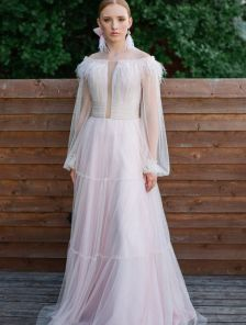Пышное шифоновое розовое длинное платье с перьями