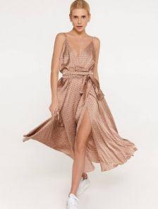 Шелковое бежевое платье миди длины на бретелях с разрезом