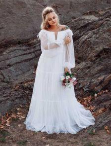 Белое шифоновое классическое длинное платье с перьями