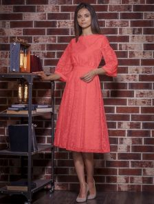 Красное нарядное платье миди с красивыми узорами
