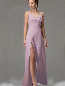 Пудровое длинное вечернее платье на бретелях с разрезом