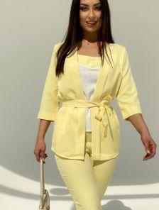 Летний брючный костюм тройка жёлтого цвета с поясом
