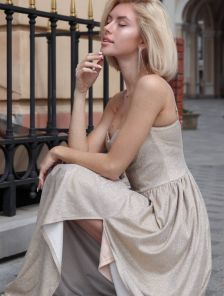 Блестящее длинное вечернее платье золотого цвета без бретелей