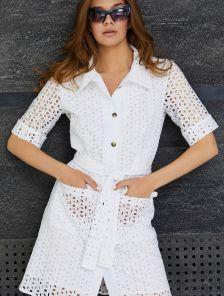 Короткое белое хлопковое платье-рубашка из прошвы, с карманами