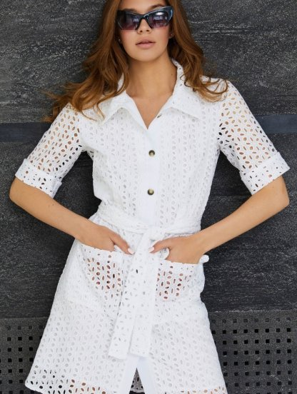 Короткое белое хлопковое платье-рубашка из прошвы, с карманами, фото 1