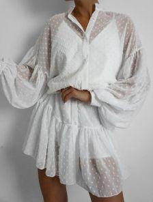 Короткое летнее шифоновое платье свободного кроя с оборкой и пышным рукавом