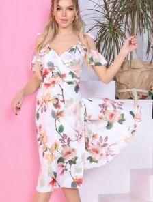 Светлое летнее платье миди на бретелях на запах и с цветами