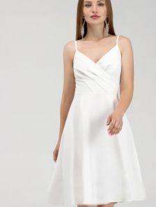 Белое нарядное платье на бретелях ниже колен